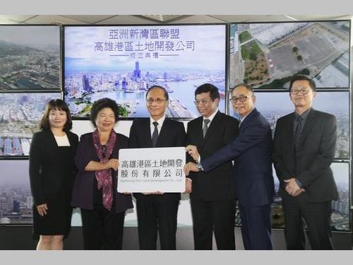 式典に出席する陳菊高雄市長(左から2人目)、林全行政院長(同3人目)ら