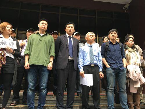 林飛帆氏(前列左から2人目)、黄国昌議員(同3人目)、陳為廷氏(同5人目)
