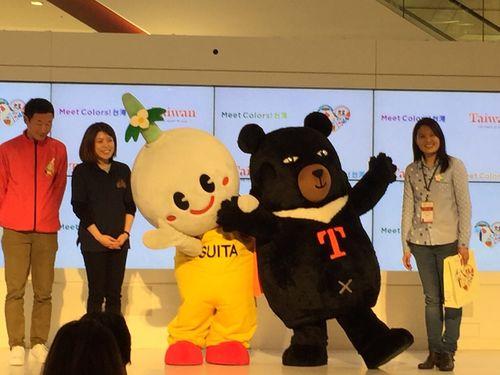 交通部観光局のPRキャラクター「オーション」(右2)と吹田市のイメージキャラクター「すいたん」