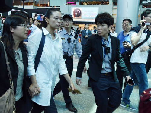 """中国大陸への""""旅券""""を取り消され、北京行きを断念するソウ瑜さん(左から2人目)"""