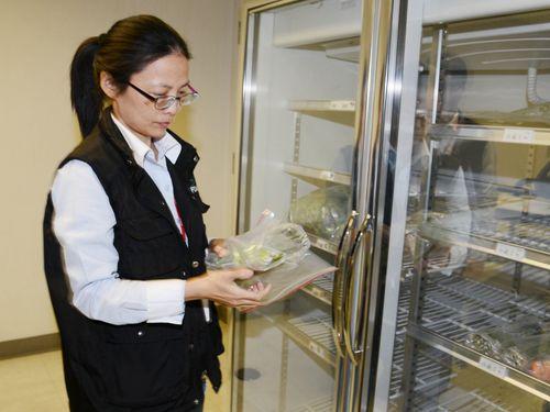 桃園空港で輸入食品を検査する食品薬物管理署の関係者=2014年