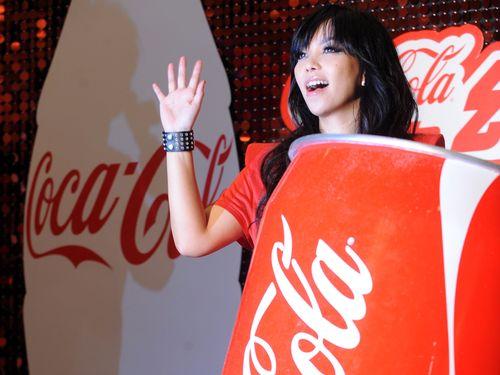 台湾コカ・コーラのイメージキャラクターを務める人気歌手のアーメイ(張恵妹)=2010年