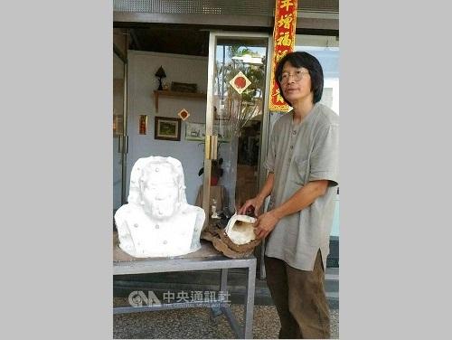 八田与一氏の銅像修復を手がける王昭旺氏