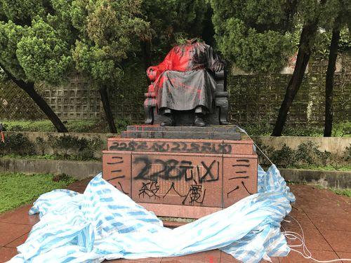 銅像受難の時代?  陽明山の蒋介石像も頭部切られる/台湾