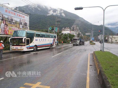 花蓮でダンプカーが観光バスに追突 日本人乗客全員無事/台湾