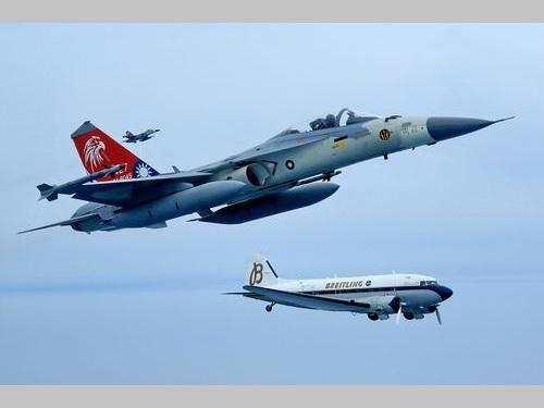 ダグラスDC-3、台湾に飛来 国産戦闘機が伴走飛行で敬意表す