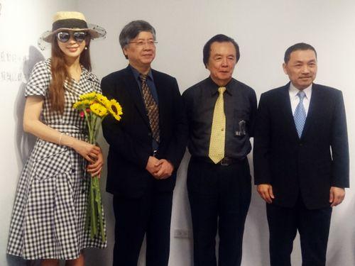 リン・チーリン(左)と父の林繁男さん(右2)