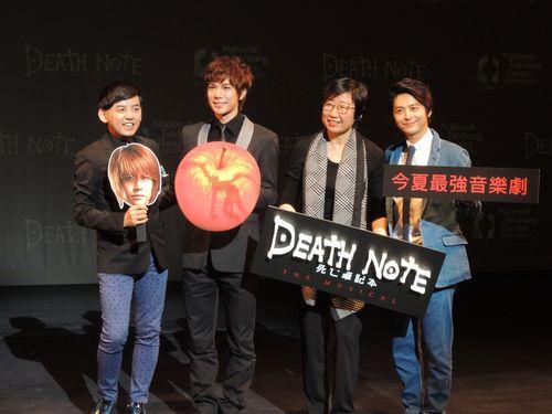 「デスノート THE MUSICAL」の台湾公演をPRする小池徹平(右)と柿澤勇人(左2)