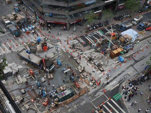 台北中心部で道路陥没、通行止めに  早ければあす朝にも一部開通へ