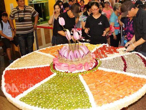 地元の果物で巨大ケーキ  直径2メートル  母の日に無料で提供/台湾・高雄