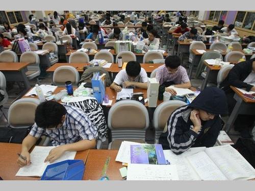 台湾で広がる塾講師実名制の波 美人作家の自殺を受けて