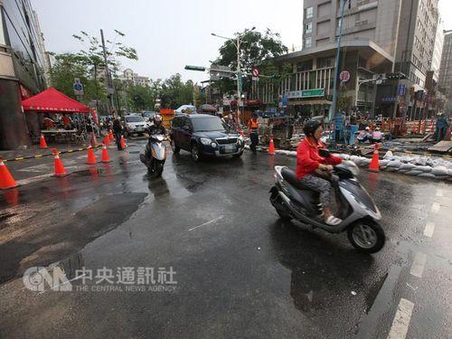 台北の道路陥没 18日午後に全車線開通/台湾