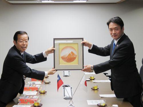 左から謝長廷代表、尾崎正直知事