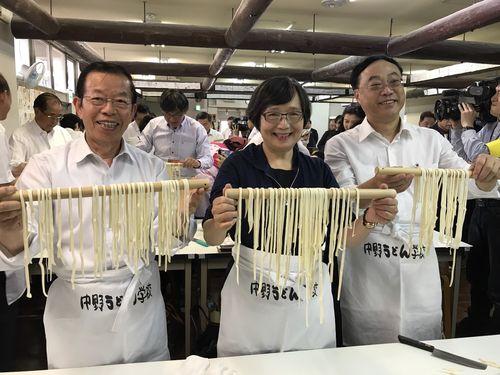 左から謝長廷代表、葉菊蘭会長、周永暉局長