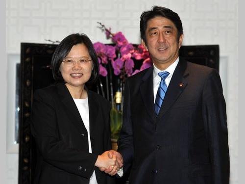 握手を交わす(左から)蔡英文、安倍晋三両氏=2011年9月6日台北で撮影