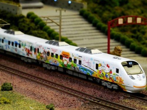 台湾鉄道「ハローキティ号」Nゲージ模型に約200人の行列