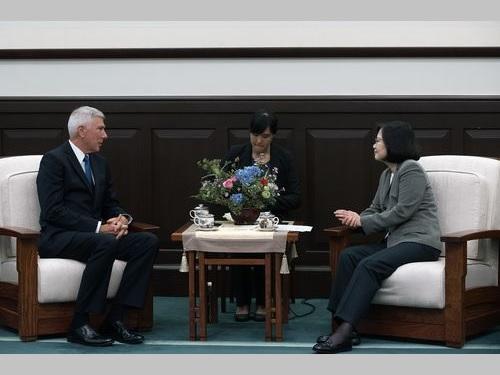 ロックリア米海軍大将(左)の表敬を受ける蔡総統=総統府提供