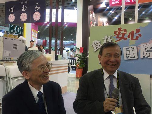 東元グループの黄茂雄会長(右)
