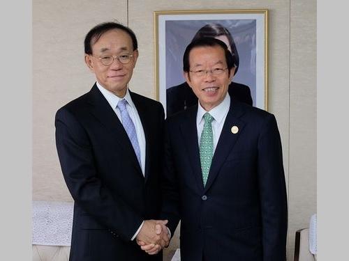 左から谷崎泰明理事長、謝長廷代表