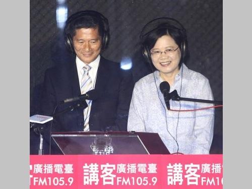 蔡英文総統(右)