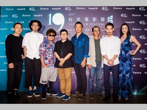 ホアン監督(右から4人目)と出演者ら=台北映画祭提供