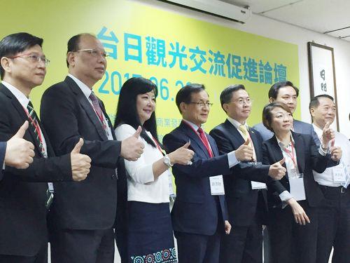 商業発展研究院の許添財董事長(左から4人目)