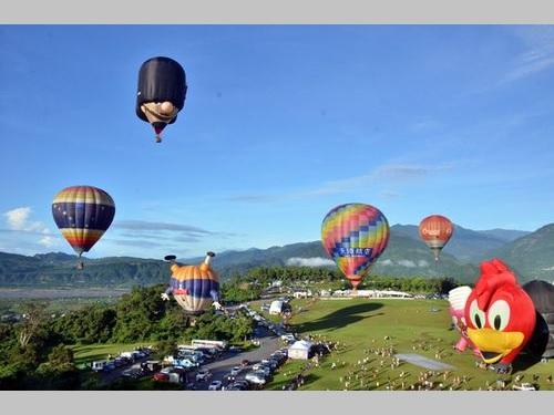 台東の熱気球フェス開幕  海外のバルーンは35機で過去最多/台湾