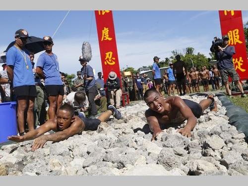 石が敷かれた道を上半身裸でほふく前進 海軍特殊部隊が隊員資格試験/台湾