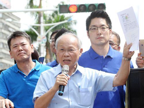 国民党の林政則代理主席(中央)