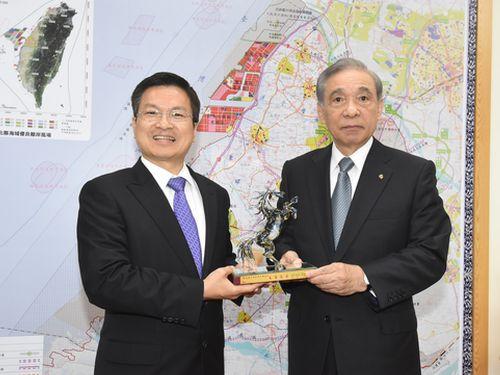 左から魏明谷県長、大澤正明知事=彰化県政府提供