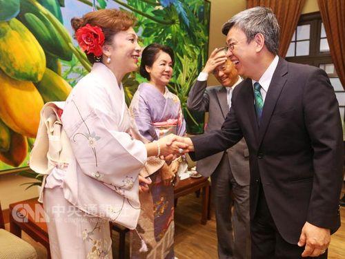 日本国際媽祖会の曽鳳蘭会長(左)と握手を交わす陳建仁副総統