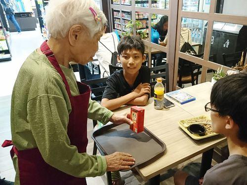 コンビニに認知症のインターン生  最高齢98歳  思いやり呼び掛け/台湾