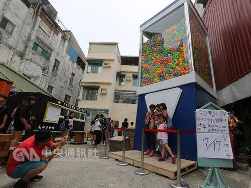 高さ6メートルの巨大ガチャ自販機、台湾・台南に出現  長蛇の列