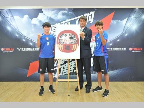 柳楽雅幸監督(中央)と代表メンバーの林雅涵(右)、李[糸秀]琴(左)=中華民国サッカー協会提供