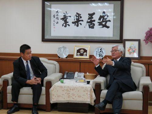 左から杉本昌利会長、李進勇県長=雲林県政府提供