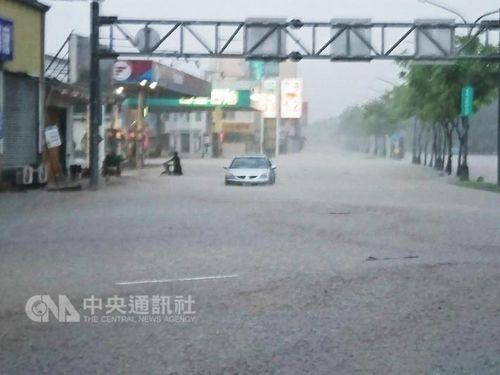 台風9号と10号、立て続けに直撃  南部で浸水被害が深刻/台湾
