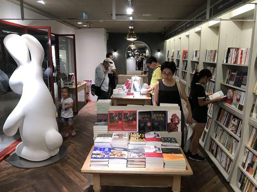 台湾の書店大手、誠品書店を展開する誠品(台北市)は7日、台北メトロ(MRT)中山駅と双連駅をつなぐ中山地下街に全長300メートル近い台湾最長の地下書店街「誠品R79」を正式開業した。