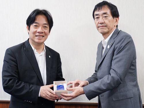 左から頼清徳台南市長、新井純大阪府副知事=台南市政府提供