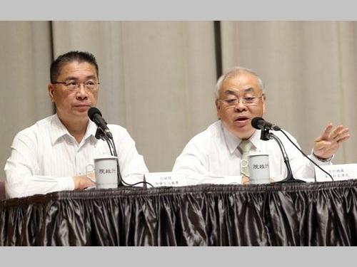 2018年度予算案を説明する行政院の徐国勇報道官(左)