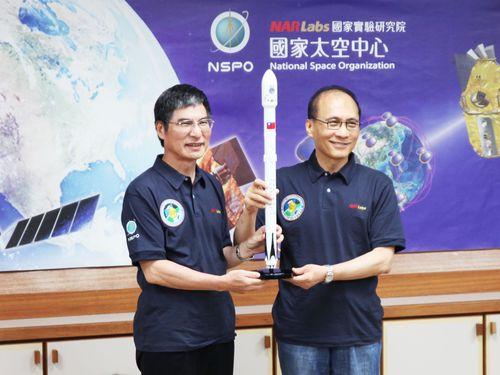先月中旬「国家宇宙センター」を視察する林全行政院長(右)