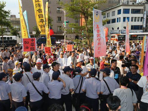 ユニバ開会式、抗議団体が入場妨害  のぼりに反日的文字も/台湾