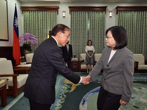 左から谷崎泰明理事長、蔡英文総統