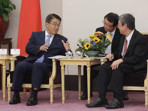 陳建仁副総統(右)と会談する大村秀章愛知県知事(左)=総統府提供