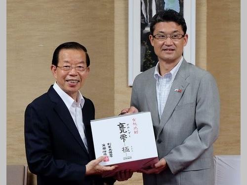 左から謝長廷駐日代表、河野俊嗣宮崎県知事