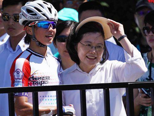 実際に観戦し台湾代表選手を激励する蔡英文総統(右)/ローラースポーツ42.195キロメートルマラソン