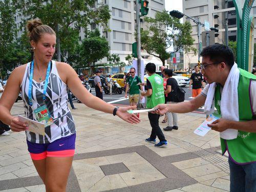 「台湾を国連に」  民間団体がユニバ選手村の外でビラ配布