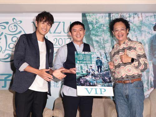 左から北川悠仁、岩沢厚治、姚謙=ワーナーミュージック台湾提供