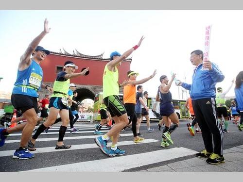 台北マラソンの参加者にエールを送る柯文哲台北市長(手前右)=2016年12月18日撮影