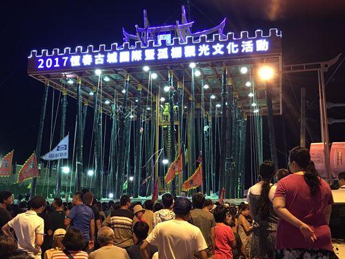 台湾・恒春地方の名物イベント「搶孤」盛大に  シンガポールの歌手も参加