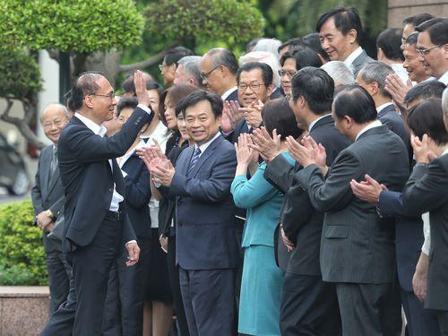 閣僚たちに手を振る林全行政院長(手前左)
